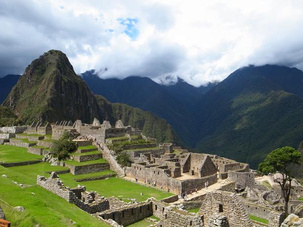 ワイナピチュ山(左)を北に、西側に神殿、東側に居住区。