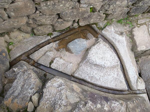 石がまるで粘土のように加工されている。