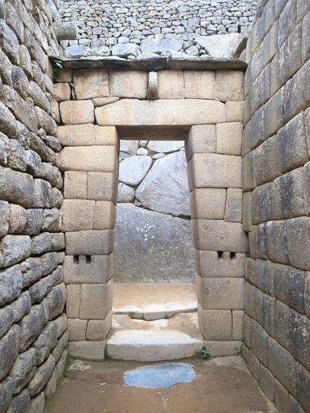 ドアの石組みも見事。