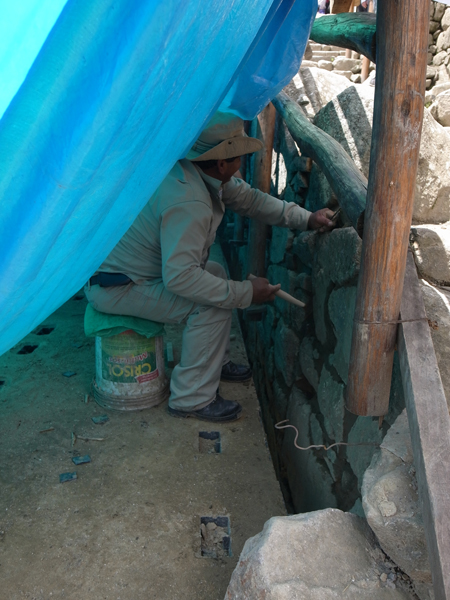 ひっそりと修復作業を進めるおじさん。毎日マチュピチュに行けるなんて羨ましい…